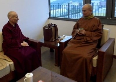 Ven. Chodron chats with Ven. Huimin.