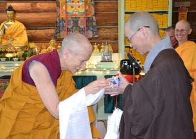 Ven. Chodron bows and makes an offering to Ven. Hong Zen.
