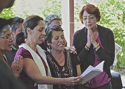 Morelia retreatants recite the opening prayers together in Spanish.