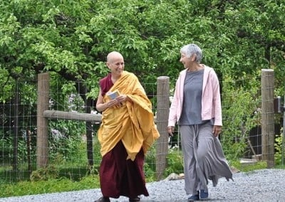Tanya escorts Venerable Thubten Chodron to the hall.