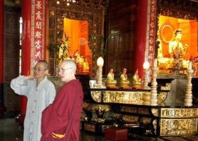 Venerable Tien explains some of the unique features of the Buddha Hall.