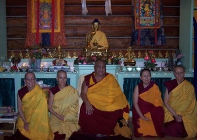 The sangha poses with Rinpoche. Venerable Semkye, Venerable Chodron, Kensur Wangdak Rinpoche, Venerable Tsenla (translator), Venerable Tarpa.