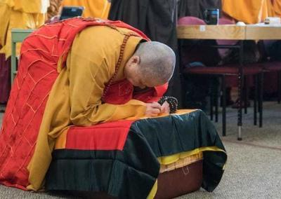 Venerable Master Wuyin bows to the Buddha.