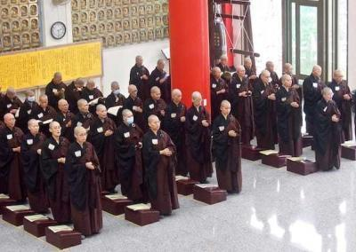 The nuns line up for chanting.