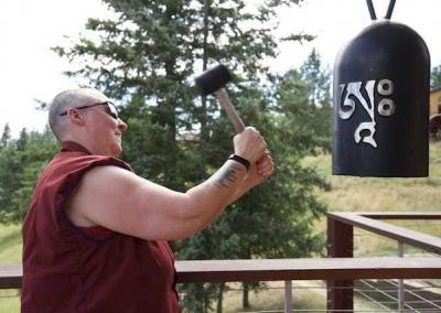 Ven. Tsultrim invites the gong between sessions