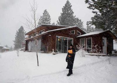 Laura braves a snowstorm to attend one of the five daily meditation sessions.